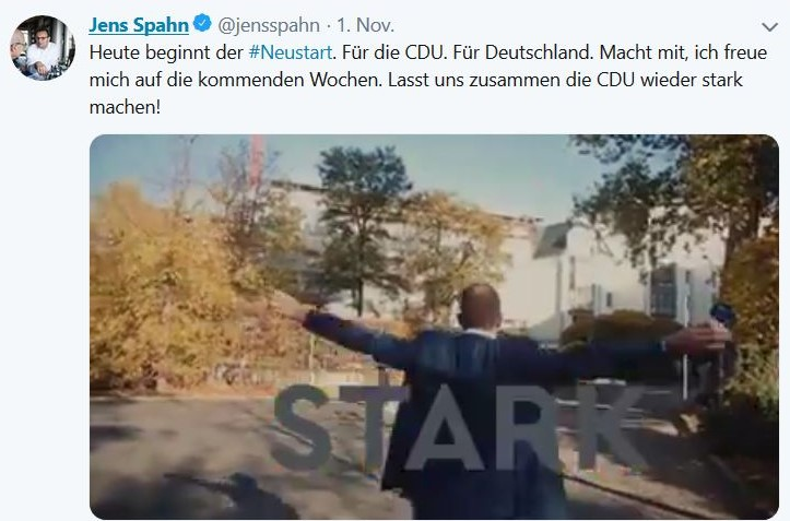 Jens Spahn im Anzug von hinten mit dem eingeblendeten Wort 'STARK'. Dabei breitet er die Arme wie zum Flug aus.
