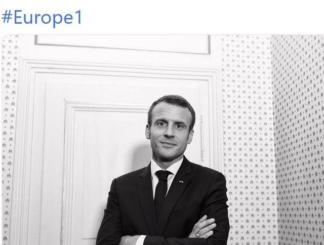 Emmanuel Macron im Anzug mit Krawatte vor einer weißen Tür. Über dem Foto #Europe 1.