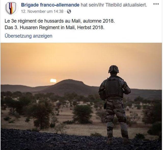 Französischer Soldat in Mali in der Abendstimmung.