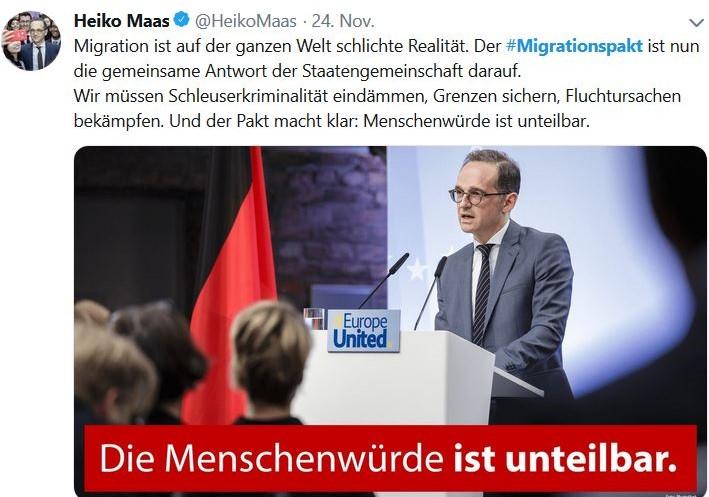 """Heiko Maas im grauen Anzug am Rednerpult. Text: """"Die Menschenwürde ist unantastbar""""."""