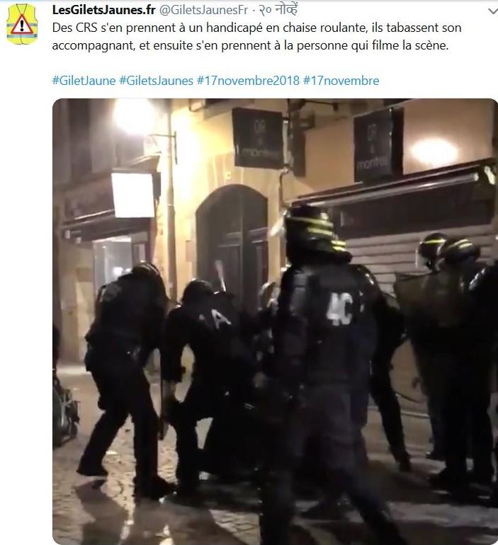Polizisten in Schutzausrüstung verprügeln einen am Boden liegenden Demonstranten.