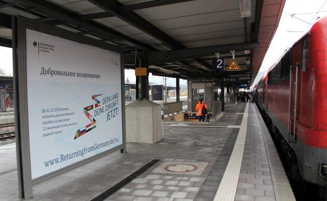Das Plakat 'Returning from Germany' am Bahnhof in Esslingen direkt an den Bahnsteigen. Dieses Plakat ist in russischer Sprache.