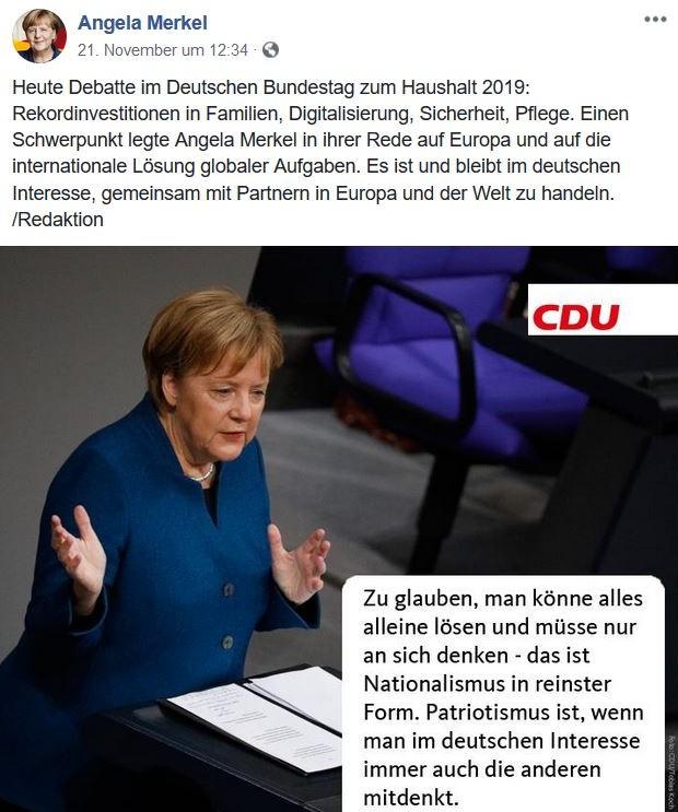 Bundeskanzlerin Merkel im blauen Blazer am Rednerpult.