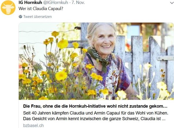 Claudia Capaul zwischen blühenden Blumen.