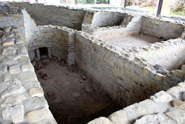 Blick in die früheren Bäder des römischen Gutshofs. Die Mauern aus Bruchsteinen sind gut erhalten. Zum Teil ist der ehemalige Fußboden noch erkennbar.