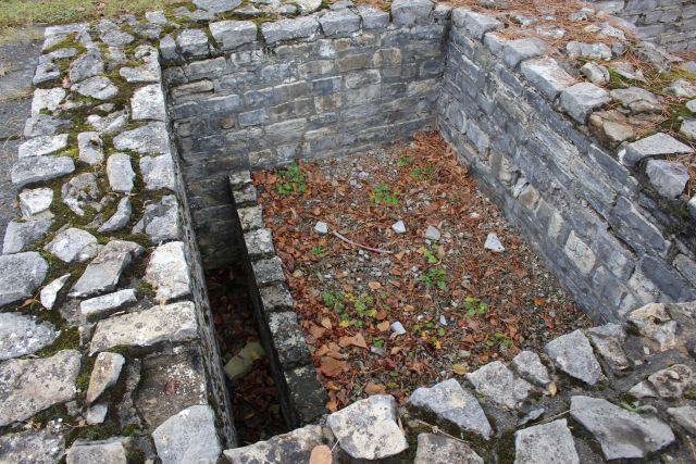 Mauern aus Bruchsteinen sind die Überreste einer Toilette aus römischer Zeit