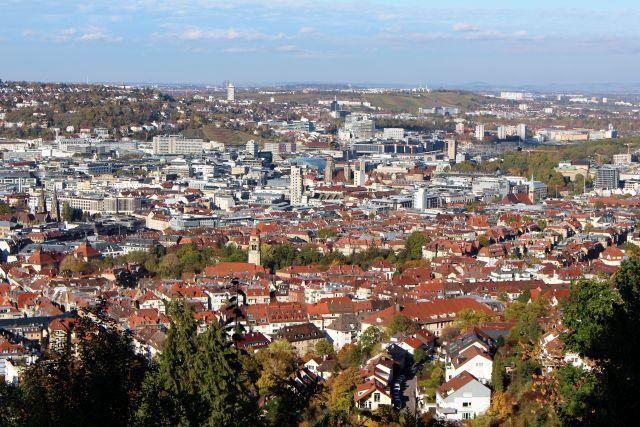 Ältere Gebäude mit roten Dachziegeln im Außenbereich, in der Innenstadt dominieren höhere moderne Gebäude.