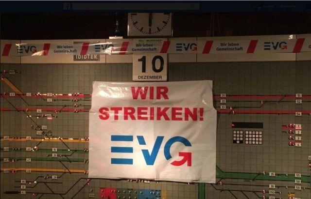 Plakat 'Wir streiken. EVG' in einer Leitzentrale der Bahn.