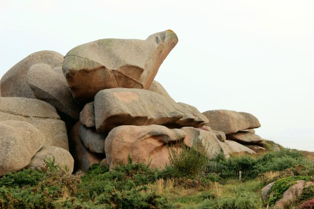 Gebilde aus großen Granitfelsen. Ganz oben eine riesige steinerne Keule. Der Stein ist hellbraun.