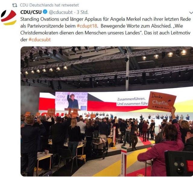 """Beim CDU-Parteitag hält eine Delegierte ein Schild hoch mit dem Text """"Danke Chefin""""."""