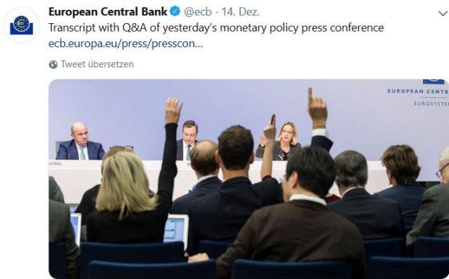 Journalisten heben eine Hand, um eine Frage an Mario Draghi stellen zu können.