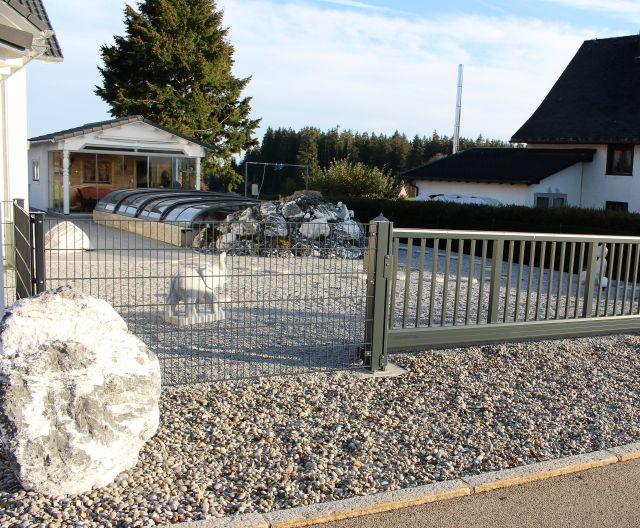 Ein 'Garten' aus Schotter und großen Steinen.