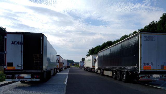 Zwei Kolonnen von parkenden Lkw. Die Fahrzeuge auf der rechten Seite stehen auf verbotenem Terrain.