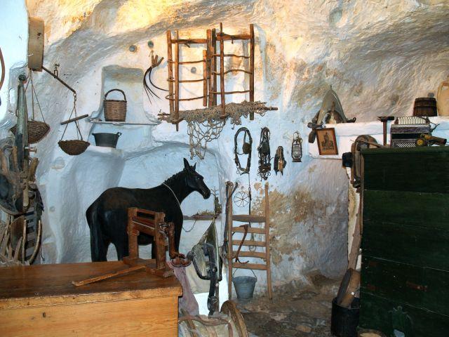 Im Museumaraum eine Holztruhe, weitere Einrichtungsgegenstände und ein Museums-Pferd