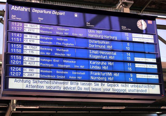 Anzeigetafel im Bahnhof in blau und weiß mit der Anzeige von Verspätungen zwischen 5 und 40 Minuaten.