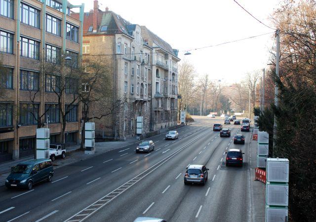 Entlang der vielbefahrenen B10 wurden in Stuttgart Säulen aufgestellt: Filteranlagen sollen den Feinstaub aus der Luft holen.