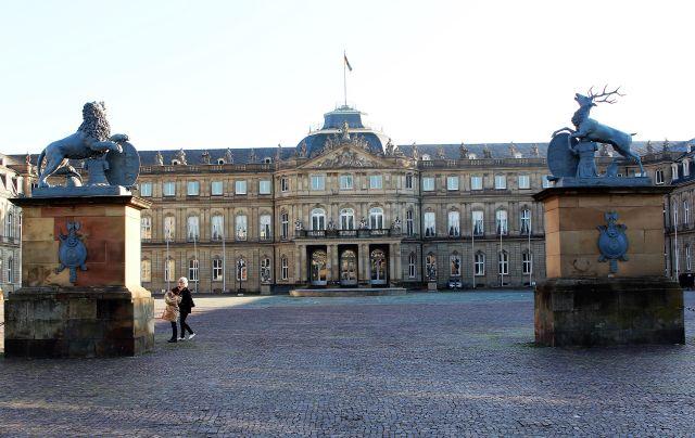 Blick vom Schlossplatz auf das Neue Schloss. Den Zugang bewachen Löwe und Hirsch, den Wappentieren des Bundeslandes Baden-Württemberg.