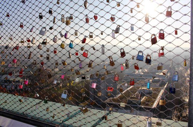 Zahllose Vorhängeschlösser wurden von Besuchern an dem engmaschigen Netz angebracht. So wird der Blick auf die Innenstadt von Stuttgart verdeckt.