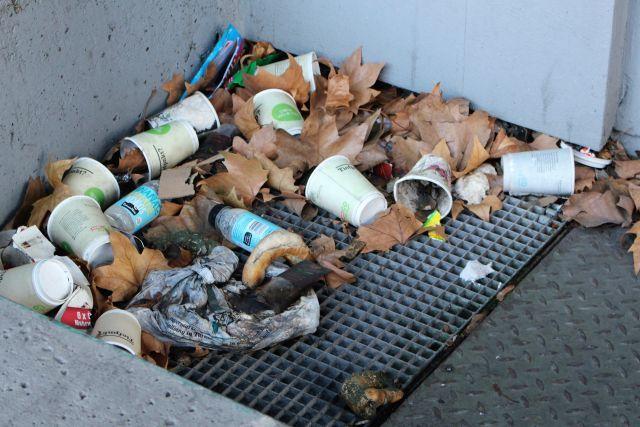 In einer Ecke am Neckartor liegen zahllose leere Trinkbecher und weiterer Müll.