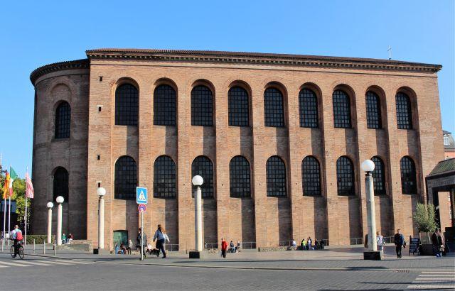 Die Basilika wurde mit roten Backsteinen erbaut.