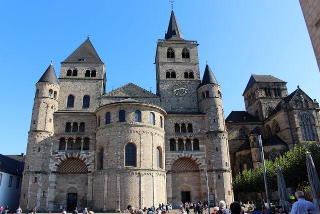 Verschiedene Türme des Doms und der Liebfrauenkirche erheben sich über den Vorplatz.