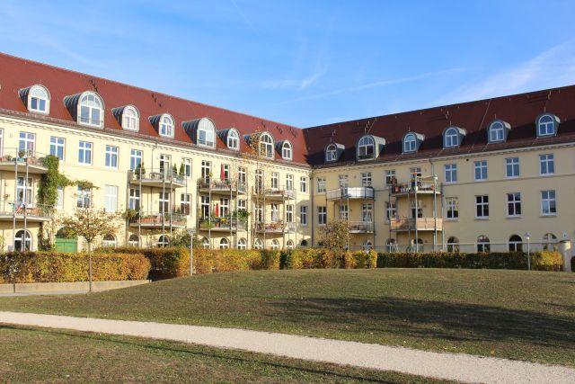Im neoklassizistischen Stil wurde die Becelaere-Kaserne 1914/15 gebaut. Sorgsam wurde das Kulturdenkmal in Wohnungen umgebaut.