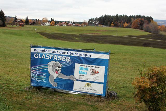 Ein blaues Transparent wirbt mit der Aufschrift 'Glasfaser' für den Ausbau der Kommunikationsnetze in Bonndorf im Schwarzwald.
