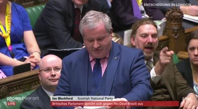 Ian Blackford mit Anzug und Krawatte bei einem Statement im Unterhaus.