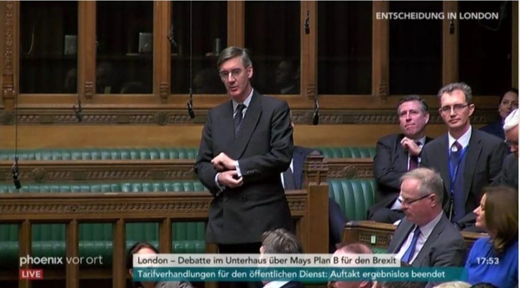 Jacob Rees-Mogg mit Anzug und Krawatte stehend im Unterhaus.