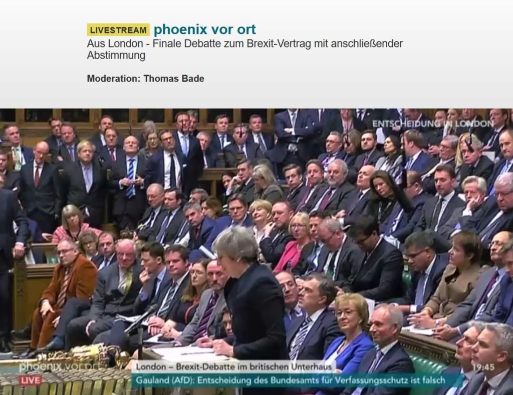 Theresa May stehend im voll besetzten Unterhaus.