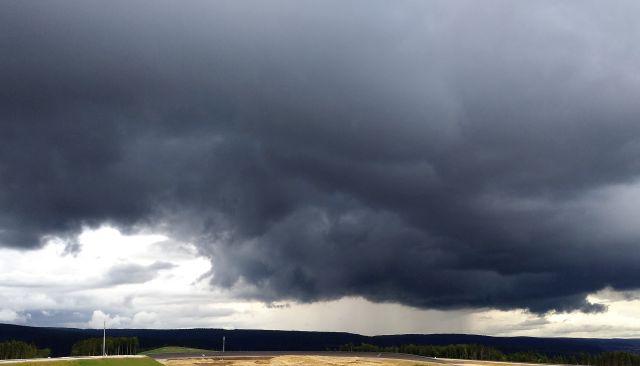 Schwarze Wolken ziehen am Horizont auf.
