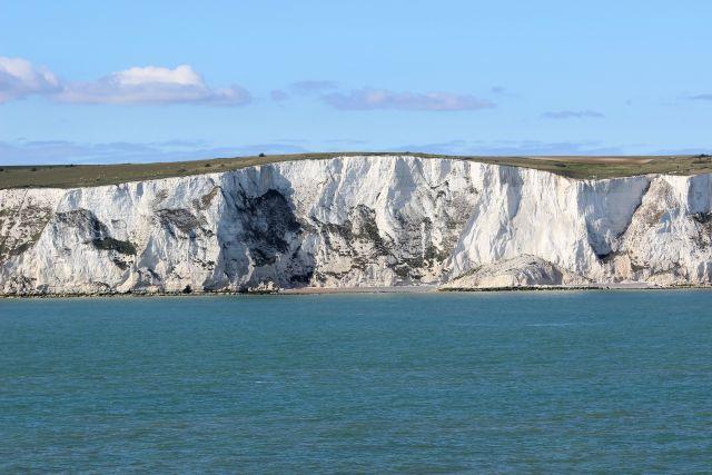 Die hellen Kreidefelsen von Dover erheben sich direkt aus dem dunkelblauen Meer.