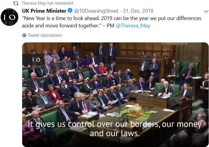 Theresa May spricht im britischen Unterhaus in London. Regierungs- und Oppositionsabgeordnete sitzen sich direkt gegenüber.