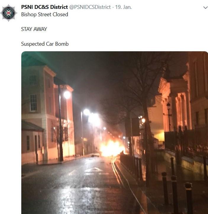 Straßenszene in Derry. Hell leuchtet der Schein einer explodierenden Autobombe.