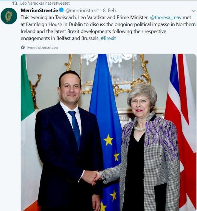 Theresa May im Kostüm und Leo Varadkar im Anzug schütteln sich die Hände.
