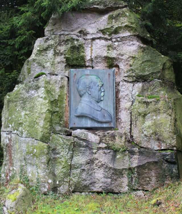 Plakette mit einem Bild von Otto von Bismarck an einem großen Felsen.