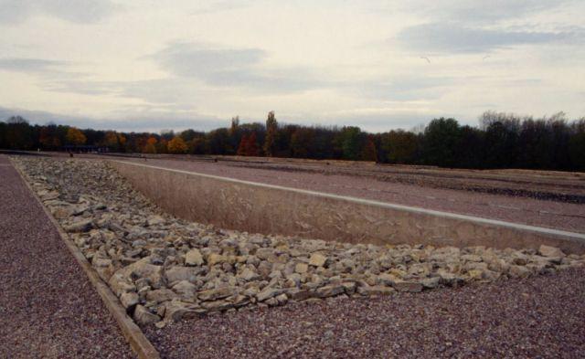 Fläche mit großen hellgrauen Steinen.