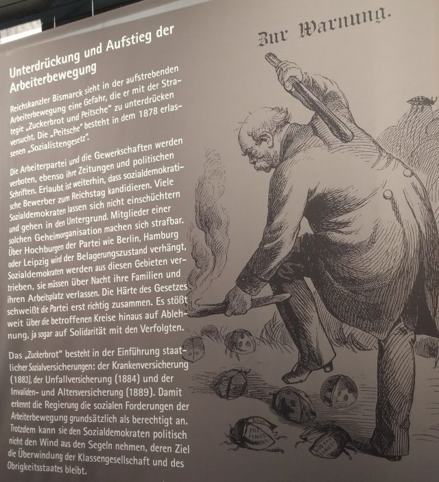 In einer Karikatur schlägt Otto von Bismarck sinnbildlich auf missliebige Käfer ein.