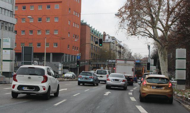 Fahrzeuge auf mehreren Fahrspuren an der Kreuzung Neckartor in Stuttgart. Säulen mit entsprechenden Filtern sollen den Feinstaub reduzieren..