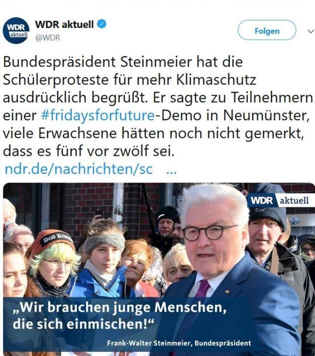 Bundespräsident Steinmeier mit einer Gruppe Schüler.