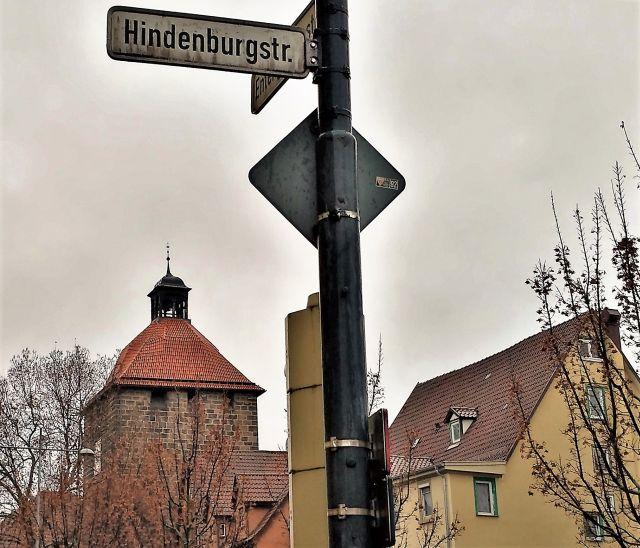 'hindenburg'-Straßenschild in Esslingen am Neckar. Im Hintergrund historische Bebauung.