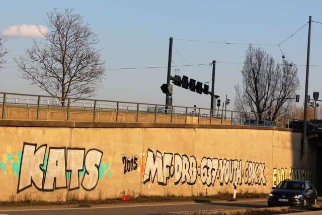 Neben der B 10 in Stuttgart ist nicht nur diese Wand mit Buchstaben bemalt.