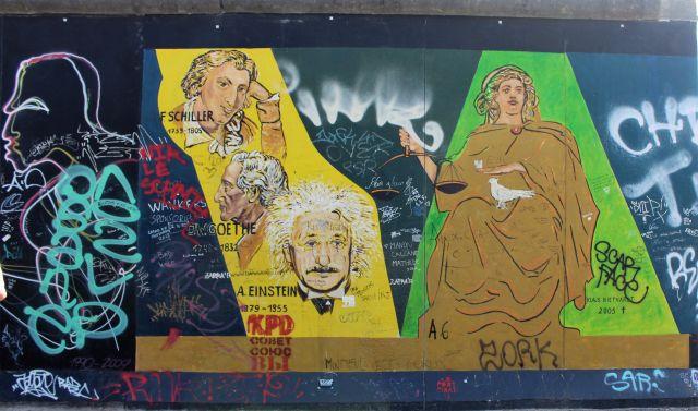 Ein Gemälde mit verschiedenen Personen, z.B. mit Köpfen von Albert Einstein und Friedrich Schiller, wurde verunziert.