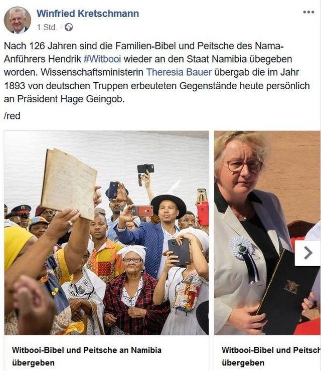 Fotos von der Rückgabe der Bibel in einem Facebook-Post von Ministerpräsident Winfried Kretschmann. Die Bibel wird herumgereicht.