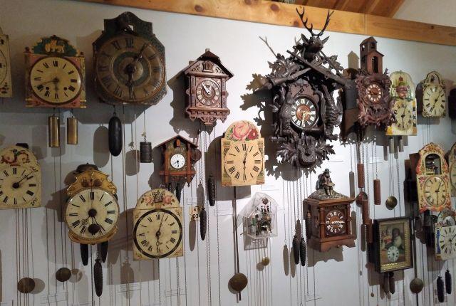 Zahlreiche Uhren aus dem Schwarzwald hängen an einer Wand.