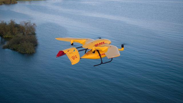 Gelbe DRohne mit DHL-Aufschrift in roter Farbe im Flug über dem Victoriasee in Tansania.