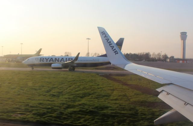 Zwei Flugzeuge von Ryanair rollen auf dem Flugplatz Dublin aneinander vorbei.