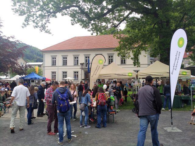 Im Hintergrund das Rathaus von Todtnau, davor verschiedene Informationsstände und zahlreiche Besucher.