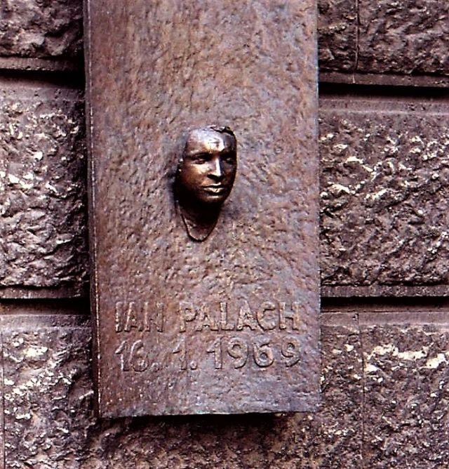 Eine Büste Jan Palachs ist in einer Marmortafel integriert. Text Jan Palach - 16. 1. 1969