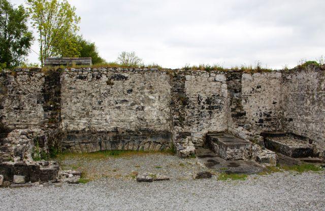 Nur die gemauerten Außenmauern sind übrig geblieben. Erkennbar die Bank mit den Toilettenöffnungen.